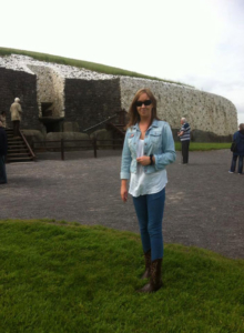 sinead at the entrance to newgrange